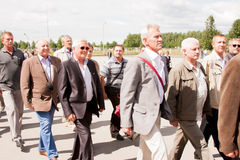 电烫,俄罗斯, 7月04日 2015年:退伍军人盛大欢迎的人们  免版税库存图片