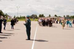 电烫,俄罗斯, 7月04日 2015年:退伍军人盛大欢迎的人们  库存图片