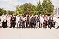 电烫,俄罗斯, 7月04日 2015年:退伍军人盛大欢迎的人们  免版税库存照片