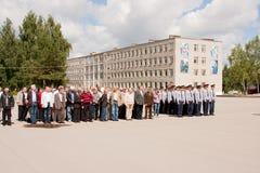 电烫,俄罗斯, 7月04日 2015年:退伍军人盛大欢迎的人们  库存照片