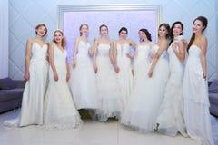 电烫,俄罗斯- 2017年2月12日:俏丽的模型新娘姿势 免版税库存照片
