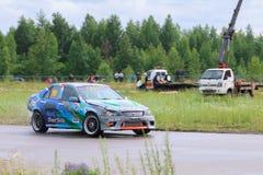 电烫,俄罗斯- 2017年7月22日:在轨道的漂移的汽车移动 免版税库存图片