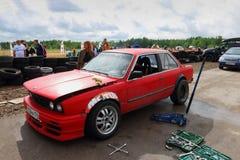 电烫,俄罗斯- 2017年7月22日:红色竞争者汽车和工具 免版税库存照片