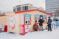 电烫,俄罗斯2月, 06日 2016年:人在快餐的购买食物 免版税图库摄影
