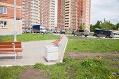 电烫,俄罗斯- 6月06 2017年:在庭院buildi的汽车停车处 库存照片