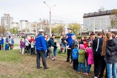电烫,俄罗斯- 5月09 2016年:孩子和成人拉扯绳索 免版税库存照片