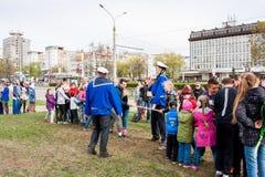电烫,俄罗斯- 5月09 2016年:孩子和成人拉扯绳索 库存照片