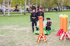 电烫,俄罗斯- 5月09 2016年:玩具坦克的男孩军校学生在hol 库存照片