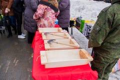 电烫,俄罗斯- 2016年3月13日:与木制品的商业柜台 免版税图库摄影
