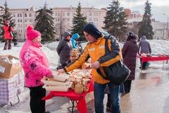 电烫,俄罗斯- 2016年3月13日:与木制品的商业柜台 免版税库存照片