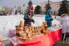 电烫,俄罗斯- 2016年3月13日:与装饰wo的商业柜台 库存图片
