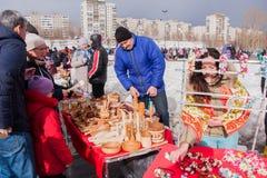 电烫,俄罗斯- 2016年3月13日:与装饰wo的商业柜台 库存照片