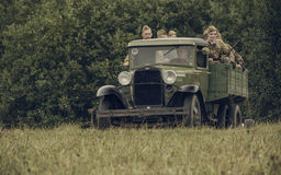 电烫,俄罗斯- 2016年7月30日:二战,夏天的历史再制定1942年 卡车的苏联士兵 库存照片