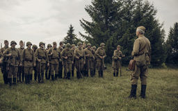 电烫,俄罗斯- 2016年7月30日:二战,夏天的历史再制定1942年 在战士前面线的苏联官员  免版税图库摄影