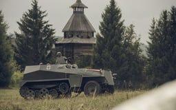 电烫,俄罗斯- 2016年7月30日:二战,夏天的历史再制定1942年 德国防弹车 免版税图库摄影