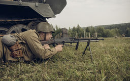 电烫,俄罗斯- 2016年7月30日:二战,夏天的历史再制定1942年 有机枪的苏联士兵 库存照片