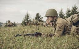 电烫,俄罗斯- 2016年7月30日:二战,夏天的历史再制定1942年 有步枪的苏联士兵 库存图片