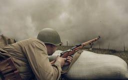 电烫,俄罗斯- 2016年7月30日:二战,夏天的历史再制定1942年 有步枪的苏联士兵 图库摄影