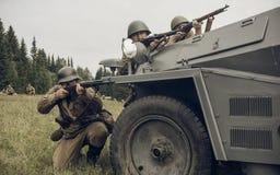 电烫,俄罗斯- 2016年7月30日:二战,夏天的历史再制定1942年 有步枪的苏联士兵 免版税图库摄影