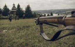 电烫,俄罗斯- 2016年7月30日:二战,夏天的历史再制定1942年 瞄准步枪的苏联士兵 免版税库存图片