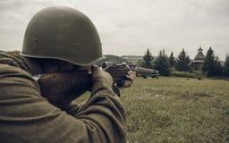 电烫,俄罗斯- 2016年7月30日:二战,夏天的历史再制定1942年 瞄准步枪的苏联士兵 免版税图库摄影
