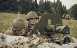 电烫,俄罗斯- 2016年7月30日:二战,夏天的历史再制定1942年 苏联战士witn机枪 免版税库存照片