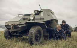 电烫,俄罗斯- 2016年7月30日:二战,夏天的历史再制定1942年 苏联防弹车乘员组  免版税库存照片