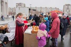 电烫,俄罗斯- 2016年3月13日:人们买新鲜的酥皮点心 库存图片