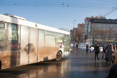 电烫,俄罗斯- 2016年3月13日:公共汽车通过横渡的步行者 免版税库存图片