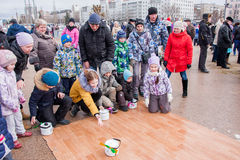 电烫,俄罗斯- 2016年3月13日:在亚麻油地毡的儿童乘驾 图库摄影