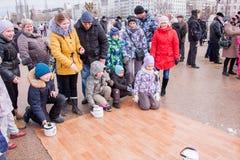 电烫,俄罗斯- 2016年3月13日:在亚麻油地毡的儿童乘驾 免版税库存图片