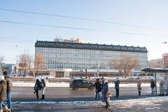 电烫,俄罗斯- 2016年3月13日:在公共汽车站的人立场 免版税图库摄影
