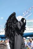 电烫,俄罗斯- 2013年6月15日:在高跷的黑天使 库存照片