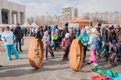 电烫,俄罗斯- 2016年3月13日:孩子乘坐重要人物 图库摄影