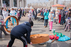 电烫,俄罗斯- 2016年3月13日:孩子乘坐重要人物 库存照片