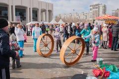 电烫,俄罗斯- 2016年3月13日:孩子乘坐重要人物 免版税库存图片