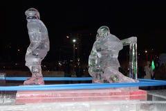 电烫,俄罗斯- 2014年1月11日:有启发性雕塑冰球员 免版税库存照片