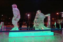 电烫,俄罗斯- 2014年1月11日:有启发性雕塑曲棍球运动员 免版税库存图片