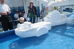 电烫,俄罗斯- 2013年6月15日:有大聚苯乙烯泡沫塑料船的孩子 库存图片