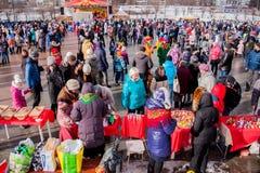 电烫,俄罗斯- 2016年3月13日:正方形的很多人民 库存照片