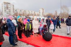 电烫,俄罗斯- 2016年3月13日:演奏九柱游戏用的小柱的孩子 库存照片