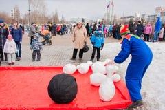 电烫,俄罗斯- 2016年3月13日:演奏九柱游戏用的小柱的孩子 免版税库存照片