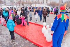电烫,俄罗斯- 2016年3月13日:演奏九柱游戏用的小柱的孩子 免版税库存图片