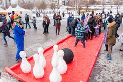 电烫,俄罗斯- 2016年3月13日:演奏九柱游戏用的小柱的孩子 库存图片
