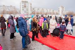 电烫,俄罗斯- 2016年3月13日:演奏九柱游戏用的小柱的孩子 免版税图库摄影