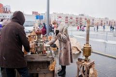 电烫,俄罗斯- 2016年3月13日:热的茶销售从俄国式茶炊的 免版税库存照片
