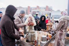 电烫,俄罗斯- 2016年3月13日:热的茶销售从俄国式茶炊的 免版税库存图片