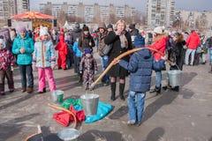 电烫,俄罗斯- 2016年3月13日:男孩学会拿来在Th的水 免版税库存照片