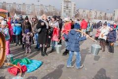 电烫,俄罗斯- 2016年3月13日:男孩学会拿来在Th的水 库存照片