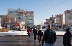 电烫,俄罗斯- 2016年3月13日:穿过路的人们 库存图片
